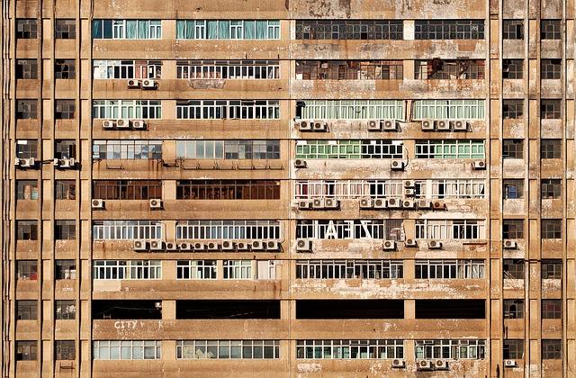 zničený bytový dům