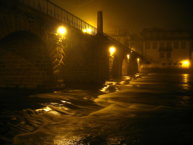 veřejné osvětlení pod mostem