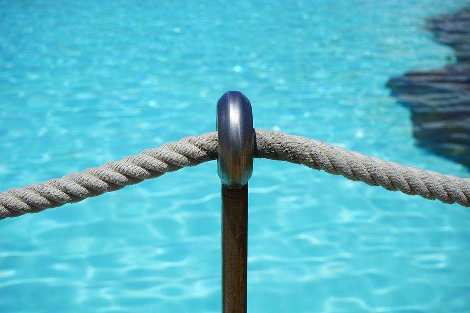 zábrana u bazénu